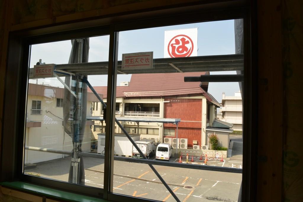 窓から見えるレストランまるよし