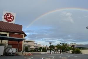 まるよしの駐車場から見える虹